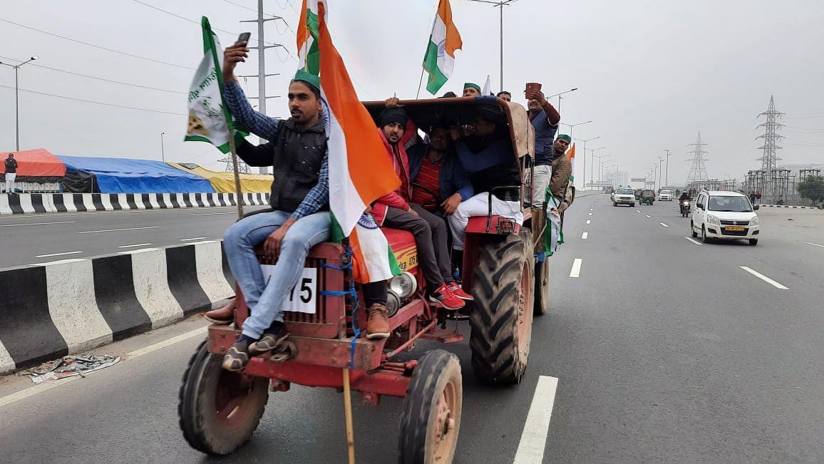 Kisan Andolan: किसानों की ट्रैक्टर रैली शुरू, किसान नेता ने कहा- ये 26 जनवरी की परेड का है ट्रेलर