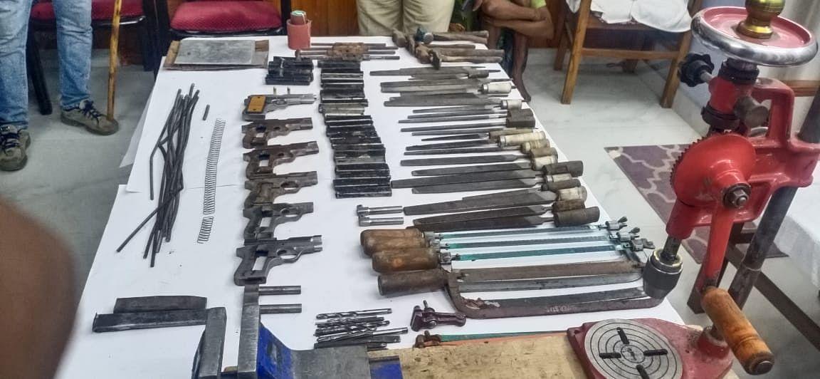कोलकाता पुलिस की स्पेशल टास्क फोर्स ने हथियार बनाने के सामान के साथ-साथ कई अर्द्धनिर्मित पिस्टल भी बरामद किये.