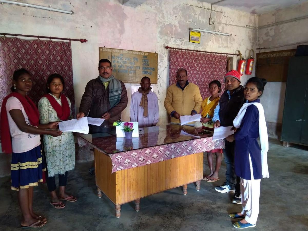 Jharkhand Primitive Tribes News : झारखंड के बोकारो में आदिम जनजाति बिरहोर परिवार की चार बेटियों की पढ़ाई की राह आसान, अब गरीबी नहीं बनेगी बाधा