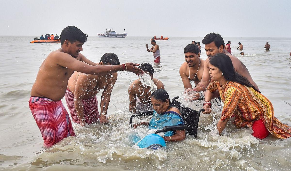 दिव्यांग बुजुर्ग को परिवार के सदस्यों ने कराया सागर में स्नान.