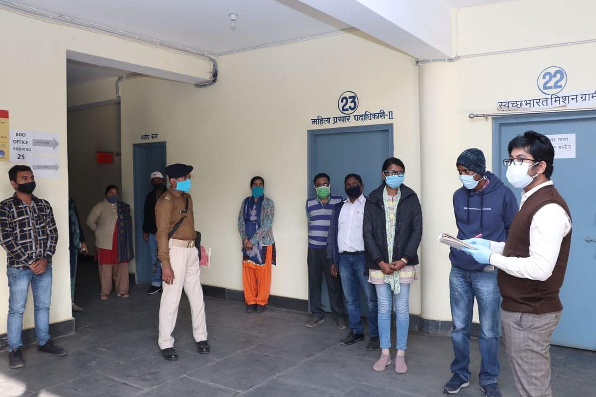 Jamshedpur News : झारखंड के जमशेदपुर ब्लॉक में बिचौलिए हावी, ऑफिस टाइम में नदारद रहते हैं अधिकारी व कर्मचारी, ऐसे हुआ खुलासा