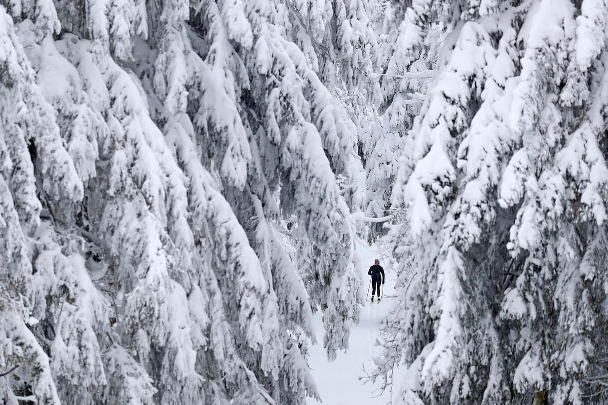 पूरी दुनिया में मौसम के तेवर तल्ख, भारी बर्फबारी से कहीं परेशानी, तो कईयों ने उठाया आनंद