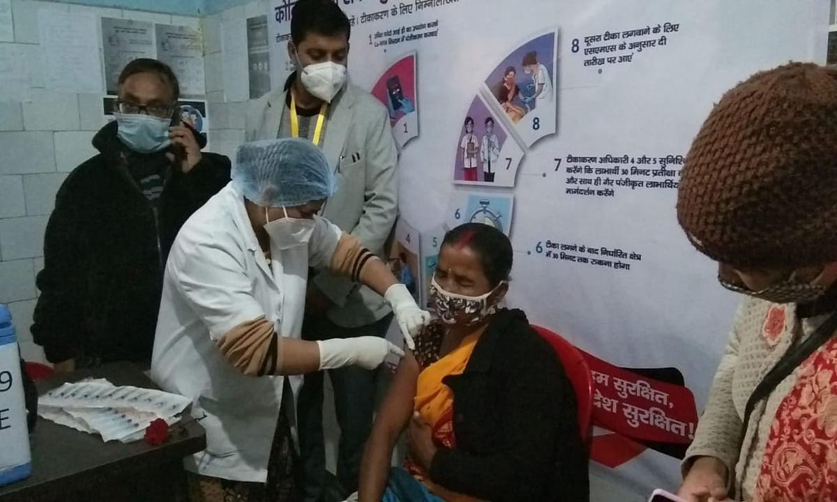 Corona Vaccine Latest News : कोडरमा सदर हॉस्पिटल की सफाईकर्मी कुसुम देवी को लगा पहला टीका, डीसी ने अफवाहों से बचने की अपील की