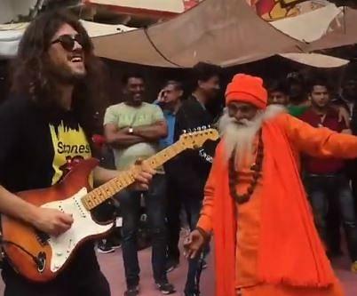 Rock N Roll म्यूजिक पर बाबा का गज़ब डांस, वीडियो में दिखे जबरदस्त मूव्स, फैंस बोले 'साधु बाबा रॉक्स'