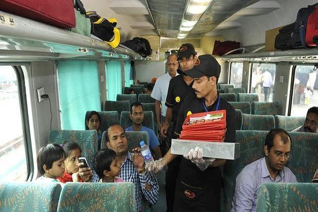 IRCTC/Indian Railway News: ट्रेन टिकटों में भोजन का शुल्क शामिल नहीं, सीट पर मंगा सकते हैं मनपसंद खाना