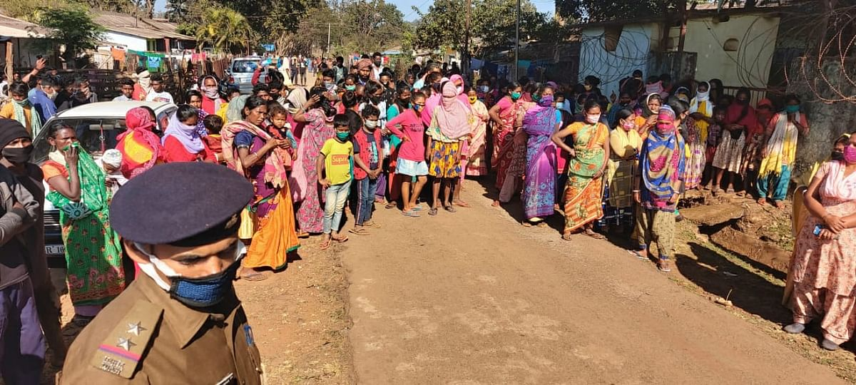 हिरासत में लिये गये लोगों को छुड़ाने के लिए थाना पहुंची भारी भीड़.