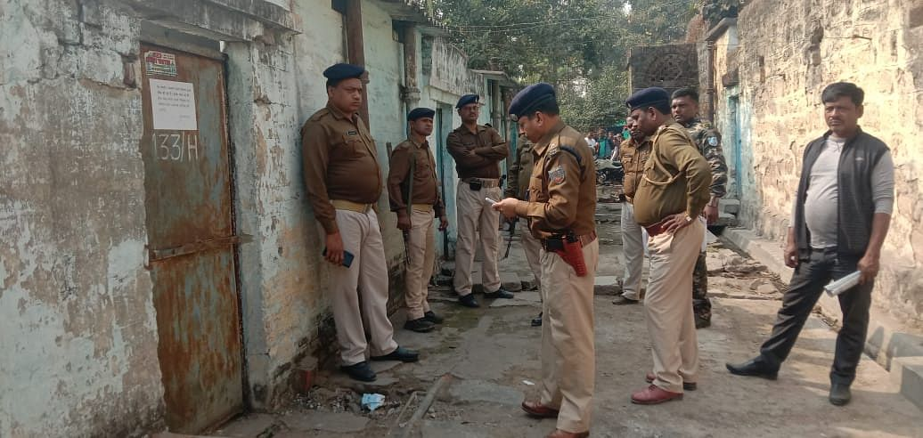 Bomb In Railway Quarter : झारखंड की कोयलानगरी धनबाद के रेलवे क्वार्टर में बम मिलने से हड़कंप, रांची से पहुंचा बम निरोधक दस्ता