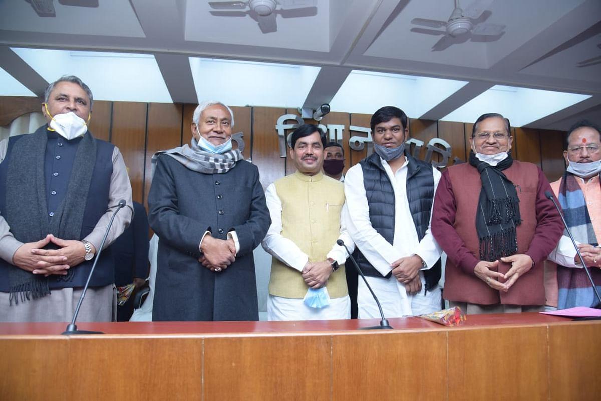 Bihar Politics: मुकेश सहनी और पूर्व केंद्रीय मंत्री शाहनवाज हुसैन ने MLC पद की ली शपथ, नीतीश कैबिनेट में मिलेगी जगह?