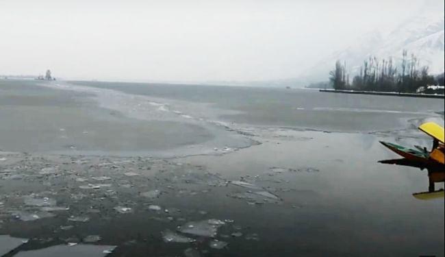 कश्मीर में दिख रहा 'चिल्लई-कलां' का असर, जम गयी डल झील, तापमान शून्य से नीचे 7.8 डिग्री तक पहुंचा