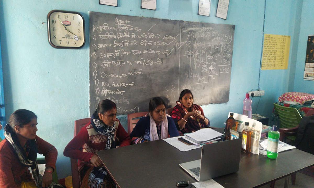 Jharkhand news : वीडियो कॉन्फ्रेंसिंग के जरिये सखी मंडल की दीदियों द्वारा किये जा रहे कार्यों की जानकारी लेतीं ग्रामीण विकास विभाग, झारखंड की प्रधान सचिव आराधना पटनायक.