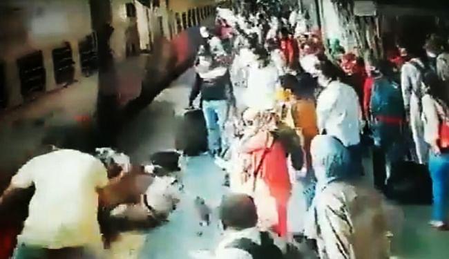 मुंबई के उपनगर ठाणे में आरपीएफ जवानों ने ट्रेन के नीचे जाने से महिला को बचाया, VIDEO वायरल