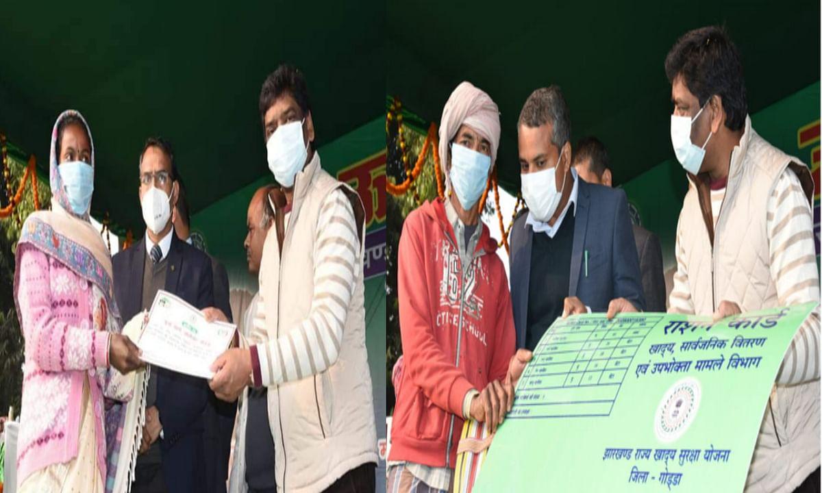 Jharkhand news : बरहेट में लाभुकों के बीच परिसंपत्ति का वितरण करते मुख्यमंत्री हेमंत सोरेन.