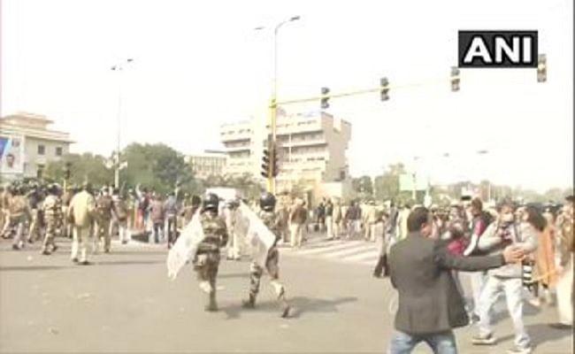 Tractor Parade : प्रदर्शनकारी किसानों ने दिल्ली पुलिस के जवानों पर ट्रैक्टर चढ़ाने की कोशिश की, VIDEO हो रहा वायरल
