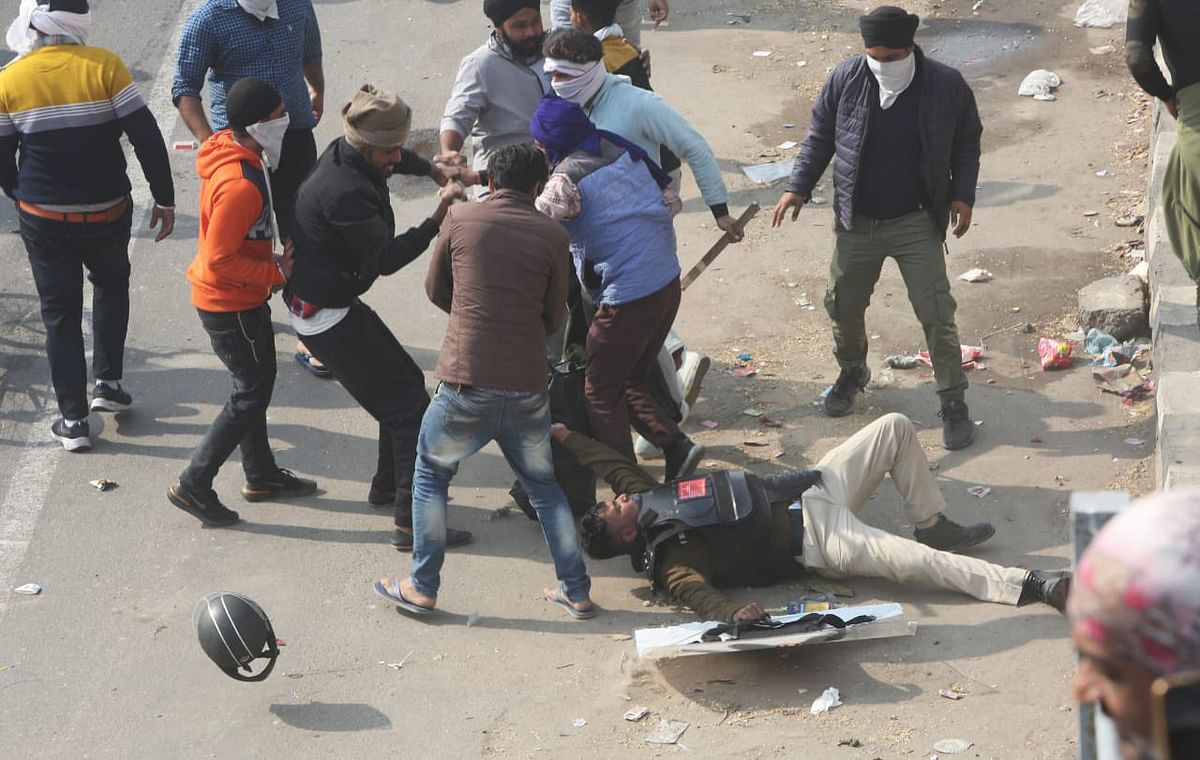 दिल्ली में महासंग्राम, किसानों और पुलिस में भिड़ंत, लाठीचार्ज, आंसू गैस के गोले, लालकिले में घुसे प्रदर्शनकारी, पढ़ें अब तक की बड़ी बातें