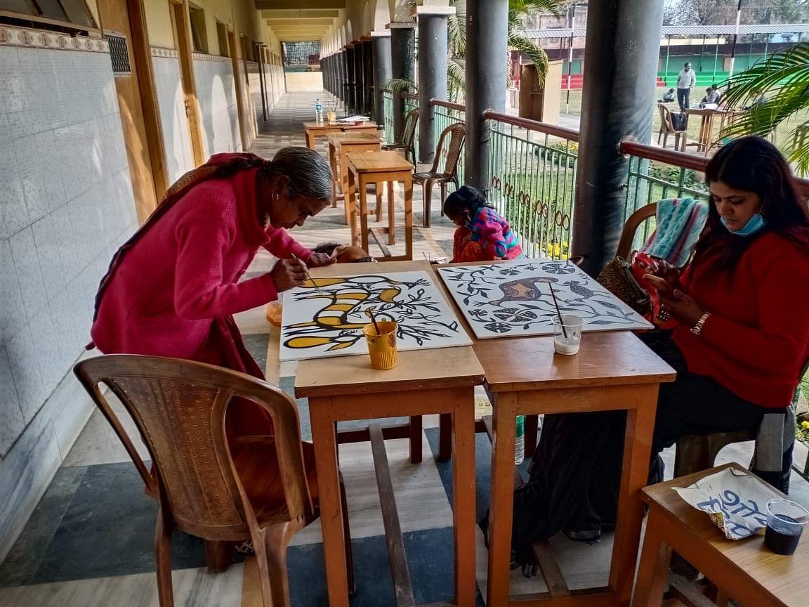 Sohrai Painting : झारखंड के बोकारो में रंग अविरल में कलाकारों ने बिखेरे सोहराई के रंग, धनबाद आर्ट फेयर में प्रदर्शित होंगी ये कलाकृतियां