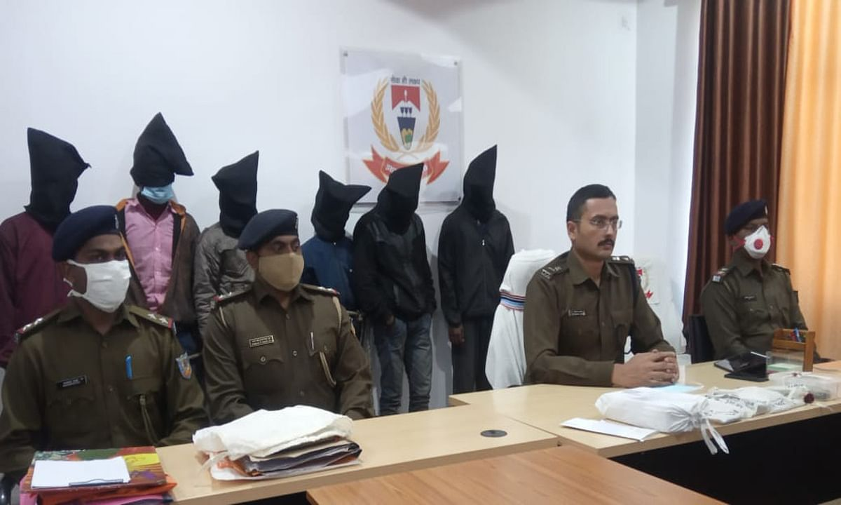 Jharkhand Crime News : लातेहार में पत्नी के साथ अवैध संबंध के शक में एक युवक की हत्या मामला, पति समेत 6 आरोपी गिरफ्तार