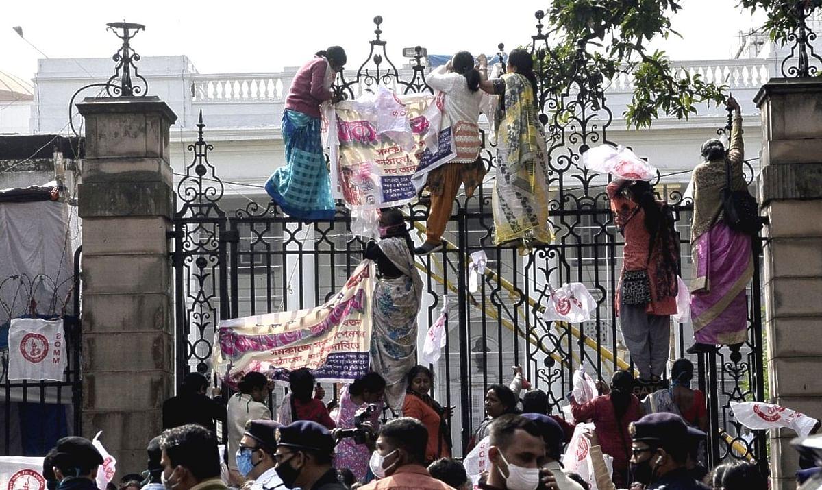 दिल्ली में अन्नताओं के लाल किला 'कब्जे' के बाद बंगाल में ज्ञानदाताओं का विधानसभा 'कब्जा', गेट पर चढ़ीं शिक्षिकाएं