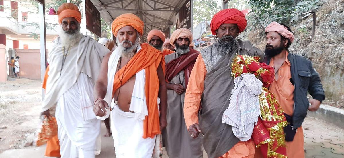 Sadhus In Ramgarh : झारखंड के रामगढ़ में जुटे देश-विदेश के साधु-संत, विश्व शांति व समृद्धि के लिए कर रहे विशेष अनुष्ठान
