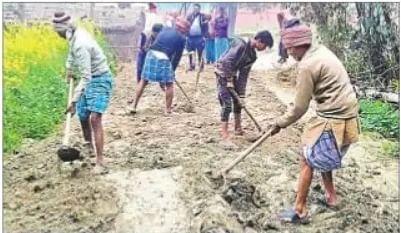 बरसात में घुटने भर पानी में गुजरते थे ग्रामीण, सरकार नहीं सुनी तो ग्रामीणों ने श्रमदान कर बना डाली सड़क
