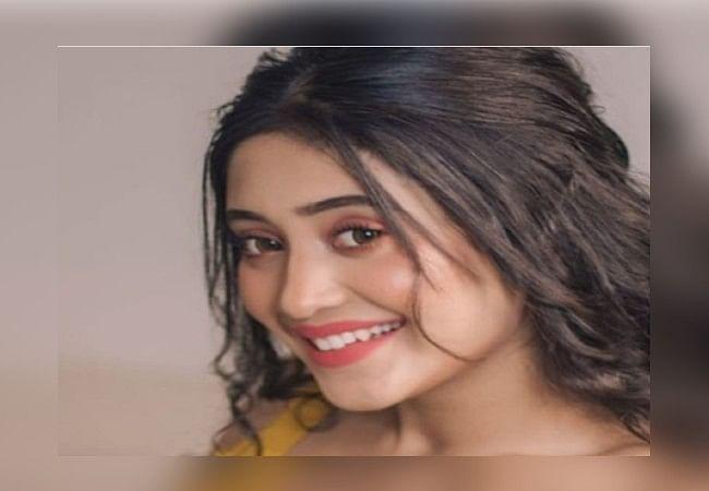 Yeh Rishta Kya Kehlata की 'नायरा' का बोल्ड लुक, शीशे के सामने खुद को निहारती दिखीं काफी ग्लैमरस