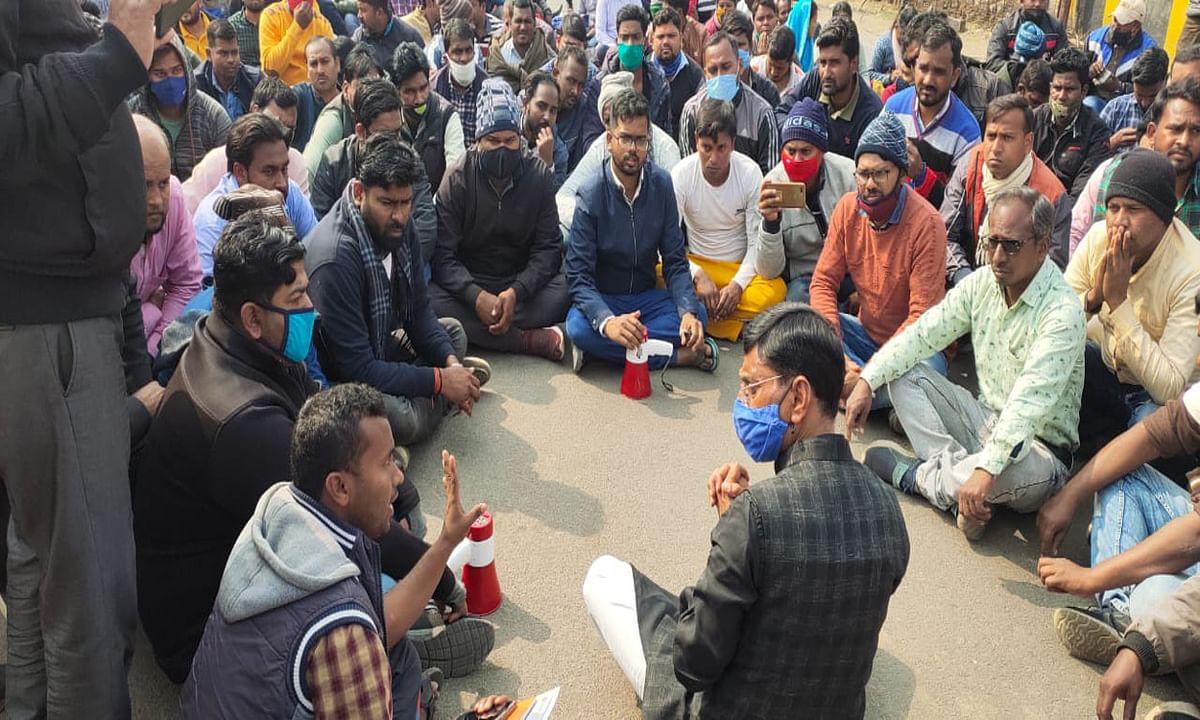 रांची के बिरसा चौक पर संविदा कर्मियों का धरना- प्रदर्शन जारी, बीजेपी सांसद और विधायक ने की मुलाकात