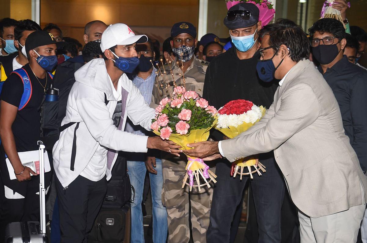 स्वदेश लौटी टीम इंडिया-रहाणे आला रे...
