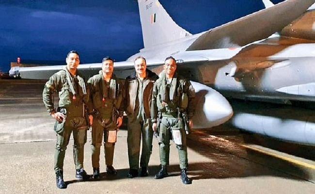 Rafale Fighter Jets : तीन और राफेल लड़ाकू विमानों ने भारत के लिए भरी उड़ान, सफर के दौरान आसमान में ही भरा जायेगा फ्यूल