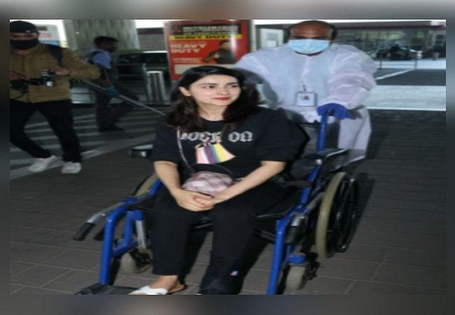 प्राची देसाई की पैर में लगी चोट और चढ़ा प्लास्टर, व्हील चेयर पर दिखीं एक्ट्रेस, VIDEO VIRAL