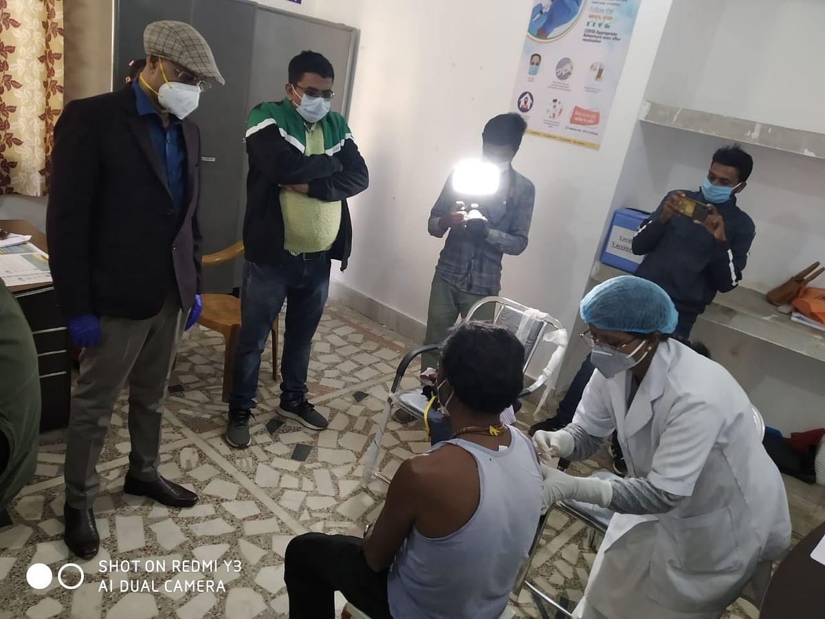 चतुर्थवर्गीय कर्मचारी सोमरा असुर को कोरोना का पहला टीका