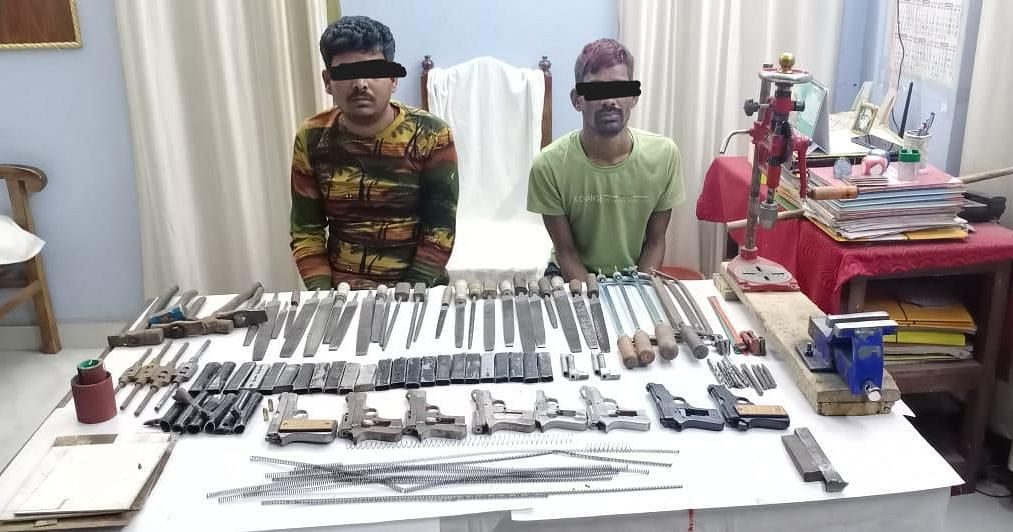 चुनाव से पहले बंगाल में मिली अवैध हथियार की फैक्ट्री, मुंगेर के दो आर्म्स डीलर मालदा में गिरफ्तार