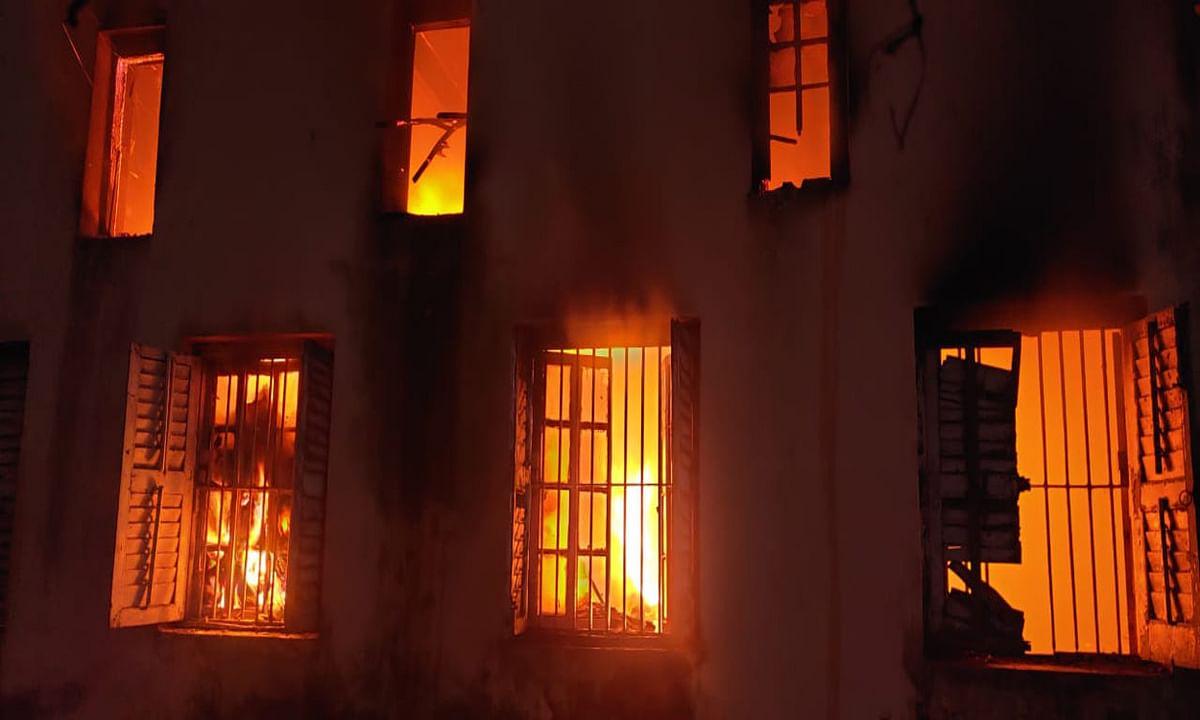 दुमका के कोर्ट भवन में लगी आग, चुनाव संबंधी पुराने दस्तावेज जलकर राख