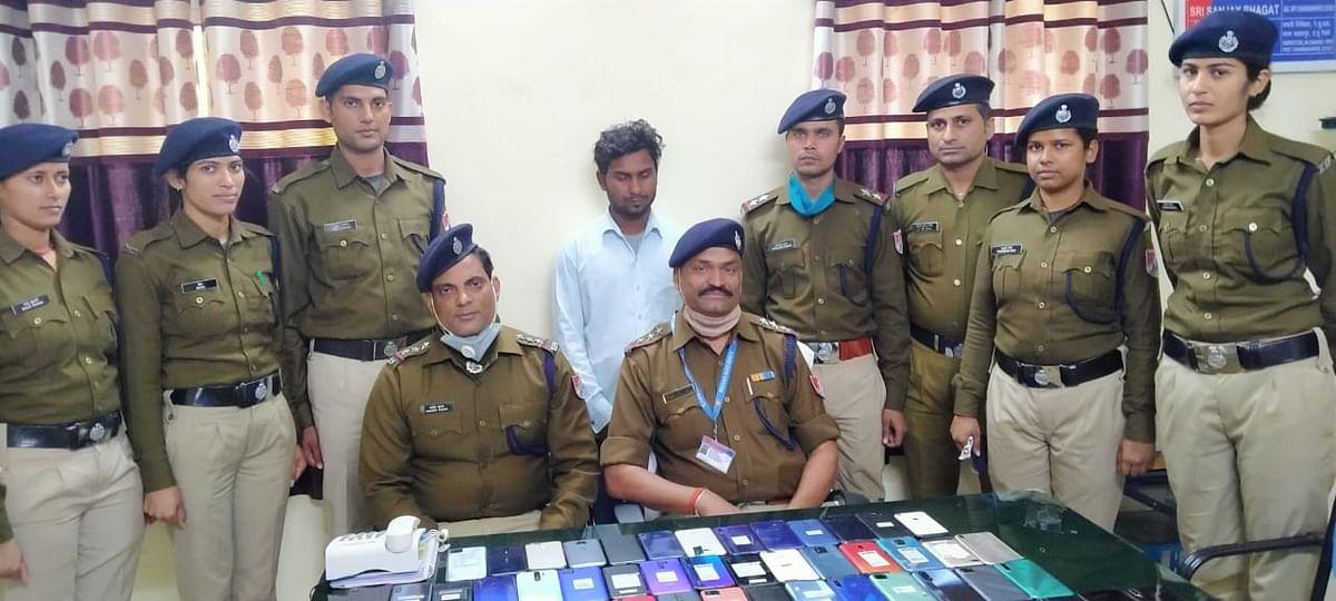 Mobile Theft News : महाराष्ट्र में मोबाइल चोरी कर मालदा व बांग्लादेश में खपाने वाला अंतरराज्यीय चोर 63 मोबाइल के साथ चढ़ा आरपीएफ के हत्थे