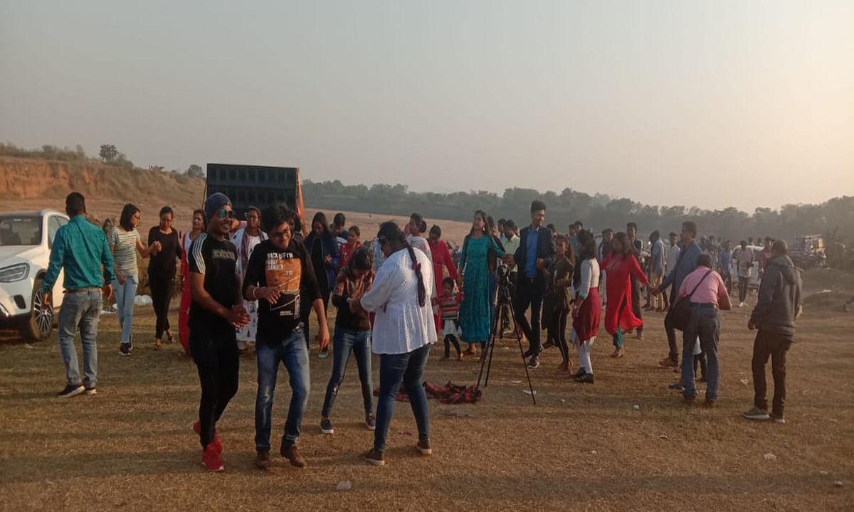 Jharkhand news :  तांतनगर के संगम में डांस करते युवक-युवतियां.