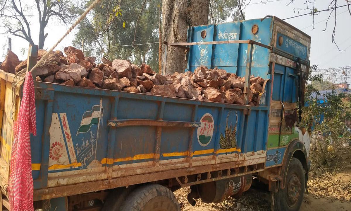 घाघरा में पुलिस को चकमा देकर बॉक्साइट माफिया बबलू फरार, अवैध उत्खनन और डंपिंग करते 2 ट्रक जब्त