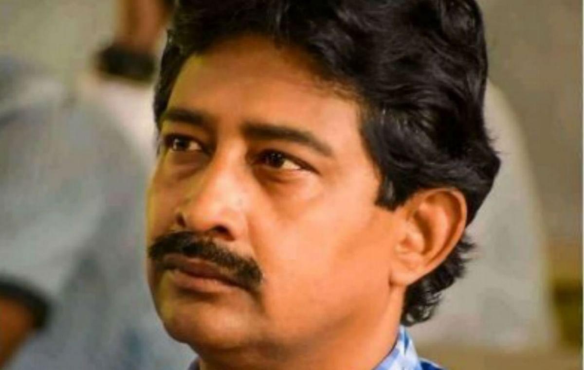 पश्चिम बंगाल के वन मंत्री राजीव बनर्जी की कार को कोलकाता में पत्थर लदे मिनी ट्रक ने मारी टक्कर