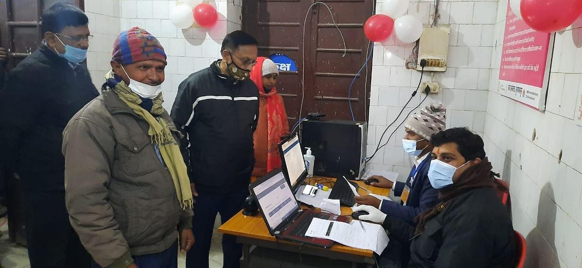 सदर अस्पताल मुजफ्फरपुर में लालू पासवान को टीका दिया गया
