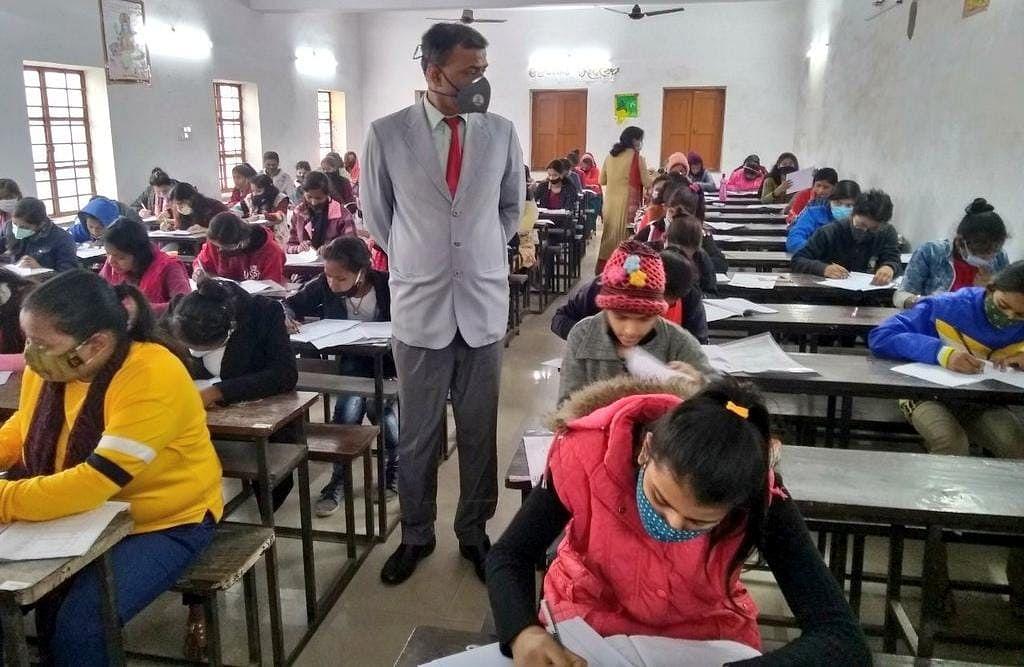 झारखंड सरकार के आदेश की निजी स्कूल उड़ा रहे धज्जियां, स्कूल में आयोजित करवा रहे ऑफलाइन परीक्षा