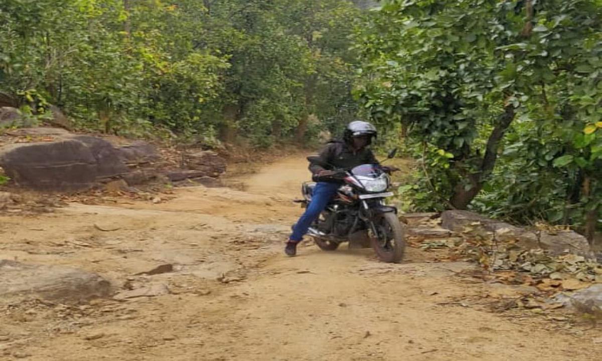 गुमला के मंगरूतल्ला गांव में आज तक नहीं पहुंचे बड़े वाहन, बुनियादी सुविधाओं का भी अभाव, जानें इस गांव की हकीकत