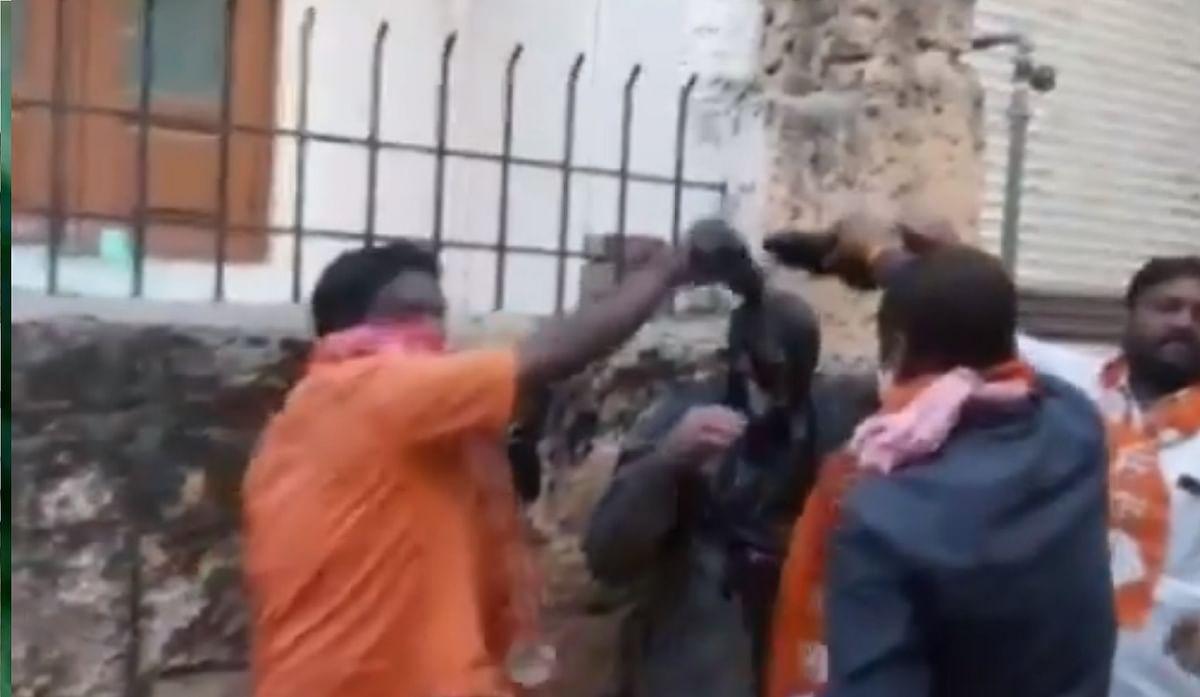 Viral Video : शिवसैनिकों ने भाजपा नेता को स्याही से नहलाया, मारपीट के बाद जबरन पहनायी साड़ी और चूड़ी
