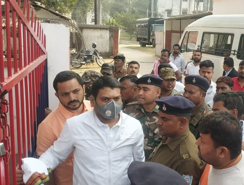 Jharkhand Crime News : धनबाद से दुमका सेंट्रल जेल शिफ्ट किये जाने पर हत्या के आरोपी झरिया के पूर्व विधायक संजीव सिंह ने खटखटाया अदालत का दरवाजा, पढ़िए क्या है पूरा मामला