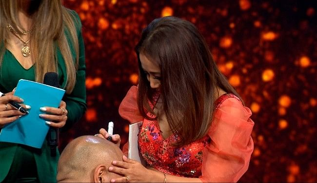 Indian Idol 12 : मशहूर जोड़ियों के बीच हुआ मेदू वड़ा कॉम्पिटिशन! ऑरेंज ड्रेस में बेहद स्टनिंग दिखीं नेहा कक्कड़