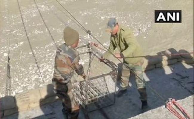 Rescue Operation In Chamoli : भारतीय सेना ने तैयार किया ट्राली पुल, गांव में फंसे लोगों की शुरू हुई आवाजाही
