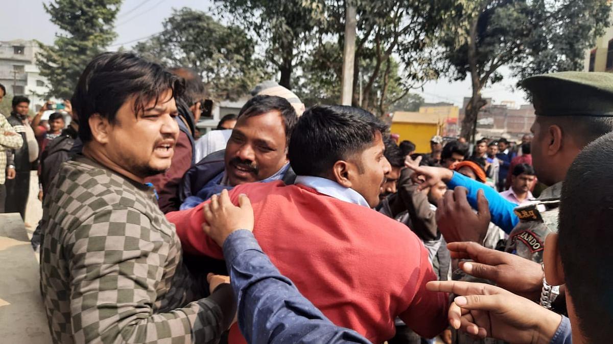 Bihar News: बिहार में विजिलेंस की टीम ने सरकारी बाबू को 20 हजार रुपये घूस लेते रंगेहाथ दबोचा, स्थानीय नेता लोग छुड़ा ले गए