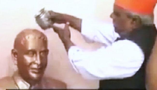 नाथूराम गोडसे की मूर्ति पर जलाभिषेक करते बाबूलाल चौरसिया