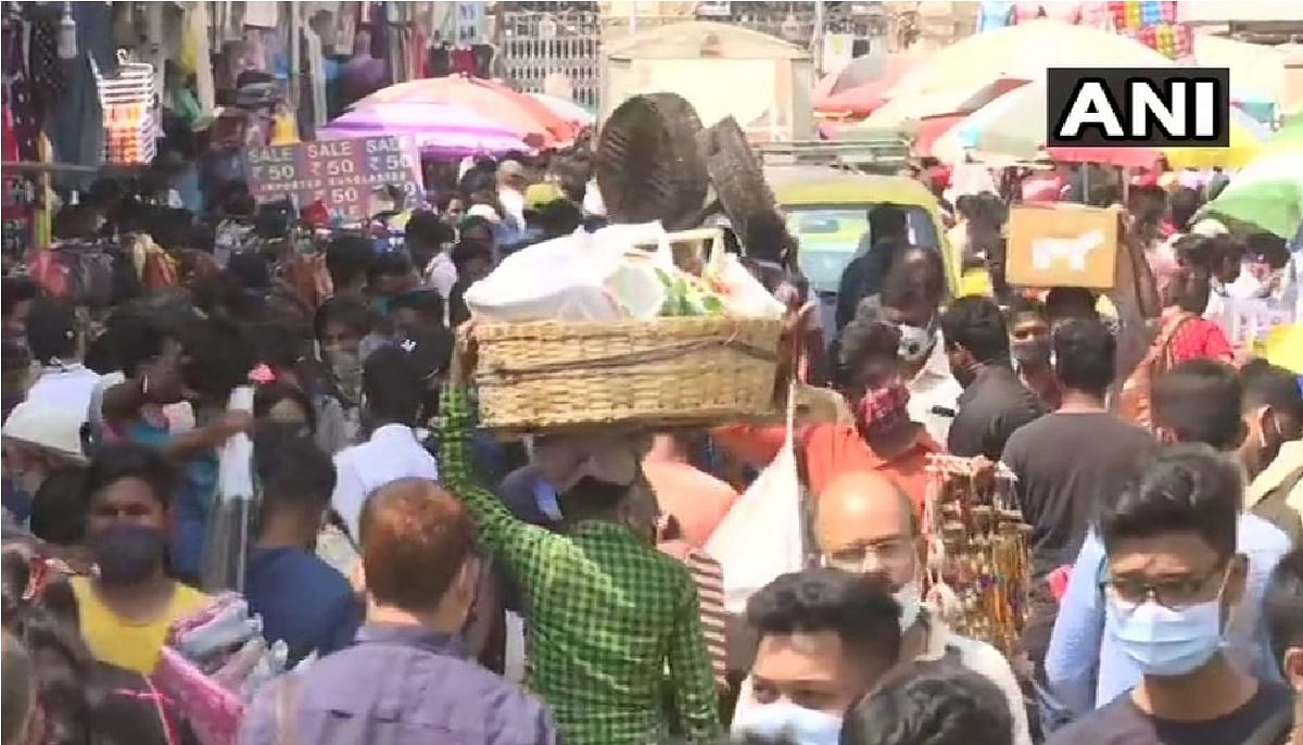 Mumbai Corona New Strain : सोशल डिस्टेसिंग के नियमों की उड़ रही है धज्जियां , बगैर मास्क पहनकर चलने वालों का कटा चालान