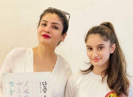VIDEO : रवीना टंडन की बेटी ने फोटो के लिए मास्क हटाने से किया मना, पैपराजी से बोली- 'कल स्कूल जाना है'