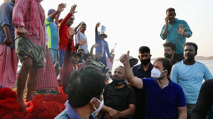 ...और टी-शर्ट-पतलून पहनकर राहुल गांधी कूद गये समुद्र में, देखें वीडियो…