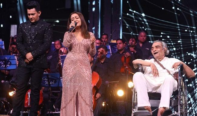 Indian Idol 12 : गीतकार संतोष आनंद की आपबीती सुन भावुक हुईं नेहा कक्कड़, 5 लाख रुपए की मदद की
