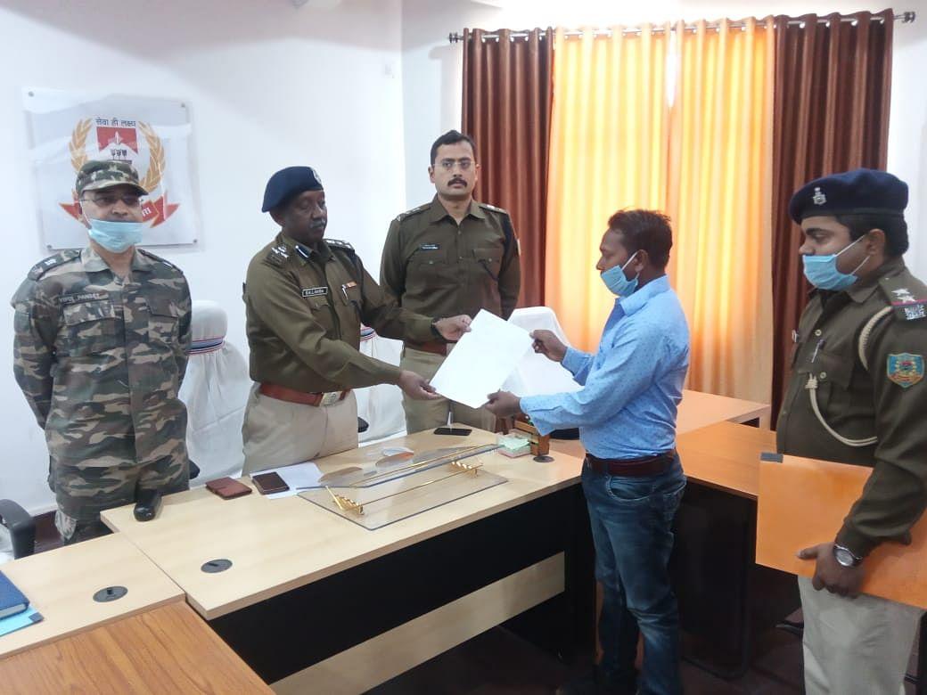 Jharkhand Naxal News : झारखंड में नक्सली संगठन जेजेएमपी का एरिया कमांडर मोहन परहिया ने किया सरेंडर, पलामू के डीआईजी ने नक्सलियों को दी ये नसीहत