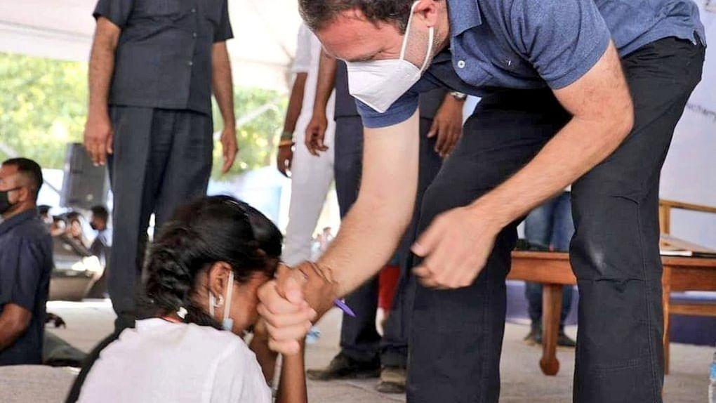VIDEO: ऑटोग्राफ लेकर खुशी से रोने लगी छात्रा तो Rahul Gandhi ने घुटने पर बैठकर लगाया गले